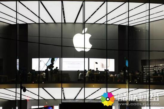 2018年4月30日,位于南京新街口苹果旗舰店内,消费者在体验iphone系列手机、电脑和ipad产品。